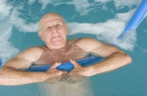 Bơi lội rất tốt với người mắc bệnh viêm khớp