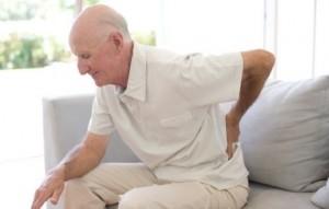 """Thuốc chống loãng xương nằm trong danh mục thuốc hỗ trợ tốt điều trị chứng bệnh loãng xương và các bệnh tương tự nhưng loại thuốc này cũng gây ra nhiều tác dụng phụ không tốt. Tin cảnh báo: Pháp cảnh báo 400 loại mỹ phẩm có hại sức khỏe Đồ ăn sáng bạn đang ăn có ảnh hưởng gì tới sức khỏe? Những thói quen hàng ngày gây hại cho sức khỏe Thuốc chống loãng xương được các nhà khoa học tại trường Imperial College London sau khi kiểm tra cấu trúc xương của bệnh nhân bị gãy xương điệu điều trị bằng thuốc chống loãng xương bisphosphonate đã phát hiện những vết nứt nhỏ trên xương và nhận thấy xương dễ vỡ hơn trước. Loãng xương còn gọi là thưa xương, xốp xương là tình trạng giảm khối lượng xương, thường đi kèm với gãy xương, đặc biệt là lún các đốt sống. Tuổi cao cùng với việc giảm nội tiết tố, ăn uống thiếu chất là nguyên nhân dẫn đến loãng xương. Bisphosphonates (BP) là nhóm thuốc trong công thức hóa học có 2 nhóm phosphonat (PO3). Thuốc được nghiên cứu từ thế kỷ 19 nhưng đến thập kỷ 1960 mới được nghiên cứu thử nghiệm điều trị rối loạn chuyển hóa xương. Bisphosphonates là thuốc hàng đầu về điều trị và phòng chống loãng xương và gãy xương cho phụ nữ sau mãn kinh; người già; nam giới có nhiều nguy cơ loãng xương như: nghiện bia rượu thuốc lá; người phải dùng lâu dài thuốc kháng viêm glucocorticoide, thuốc chống động kinh, thuốc chống đông heparin… Nhưng các bác sĩ đã dấy lên lo ngại về số lượng gãy xương xảy ra ở những bệnh nhân cao tuổi sau khi dùng thuốc chống loãng xương trong một thời gian dài. Để tìm hiểu lý do tại sao, nhóm nghiên cứu dẫn đầu bởi Tiến sĩ Richie Abel lấy mẫu xương từ 16 bệnh nhân gãy xương hông, và nghiên cứu chúng tại Diamond Light Source. """"Những gì chúng tôi muốn xem là liệu xương của bệnh nhân sau khi uống bisphosphonate thay đổi tích cực hay tiêu cực. Sau khi kiểm tra, chúng tôi nhận thấy xương của bệnh nhân trở nên xốp hơn – ngược hoàn toàn với tác dụng của thuốc chống loãng xương"""", Tiến sĩ Abel cho biết. Thuốc chống loãng xương nguy cơ khiến xương """